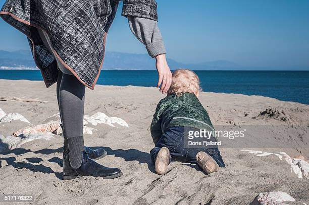 little boy crawling on a sandy beach - dorte fjalland imagens e fotografias de stock