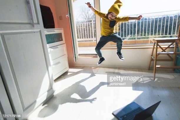kleiner junge tanzen pause zu hause. home vergnügen. e-learning - schulkind nur jungen stock-fotos und bilder