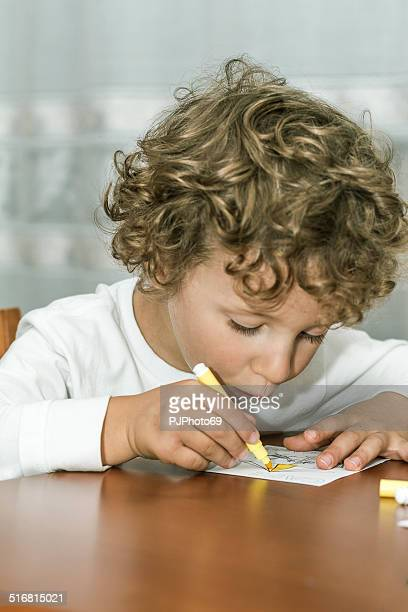 Kleiner Junge Zeichnung am Tisch
