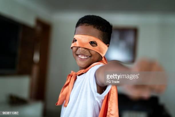 Niño disfrazado de superhéroe concepto