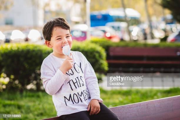 little boy eating an ice cream (outdoors) - click&boo fotografías e imágenes de stock