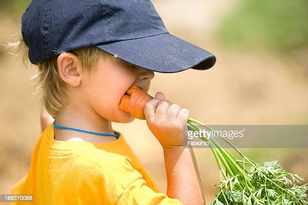 Kleine Jungen Essen Karotten