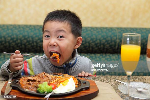 Kleiner Junge isst Weihnachts-Abendessen