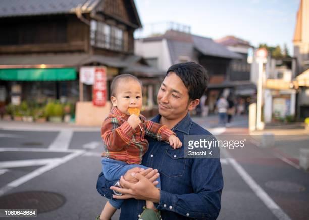 伝統的な日本のストリートでせんべい - 日本のおせんべいを食べる少年 - 千葉県 ストックフォトと画像