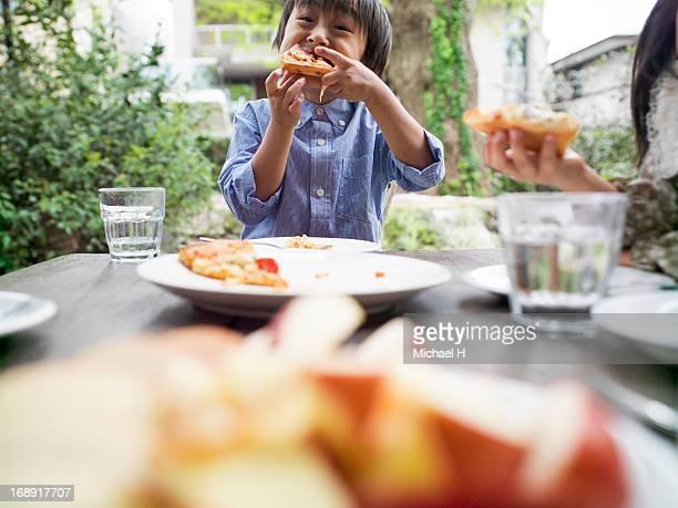 little boy  eating slices of pizza - 袖を折った袖まくり ストックフォトと画像