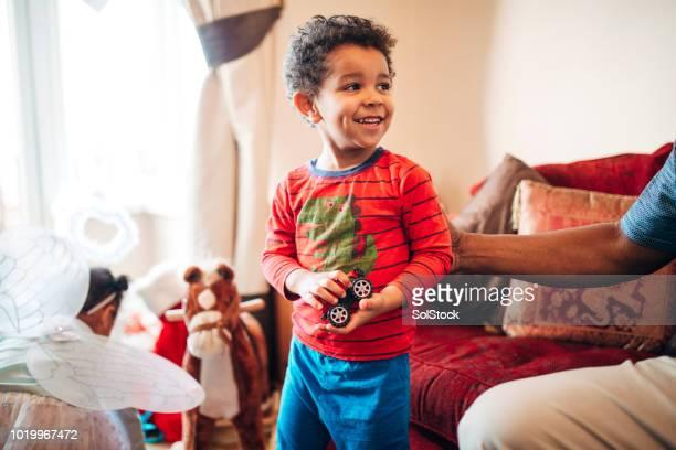 niño disfrutando de su presente de navidad nuevo - new jersey fotografías e imágenes de stock