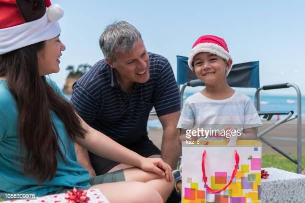 小さな男の子がクリスマス プレゼントを受け取るに興奮して - オーストラレーシア ストックフォトと画像