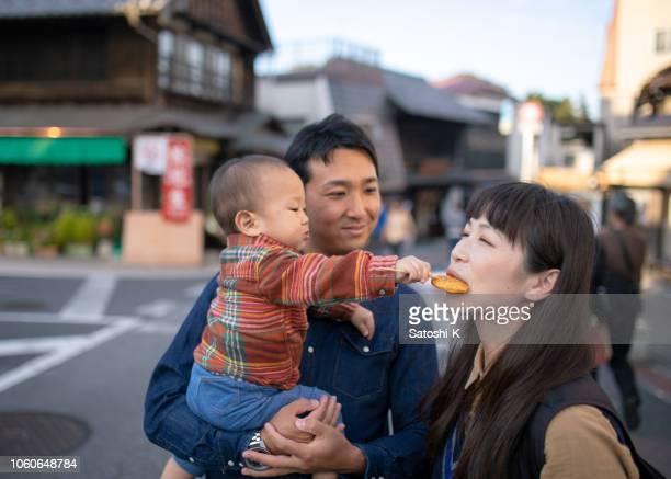 小さな男の子の母親に「せんべい」日本のおせんべいを与えて - 千葉県 ストックフォトと画像