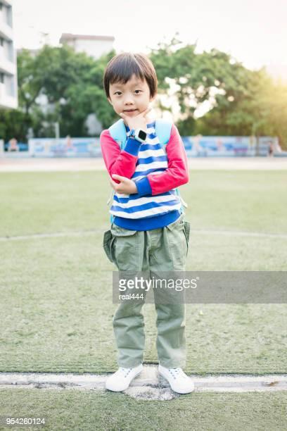 Kleine jongen naar school te gaan