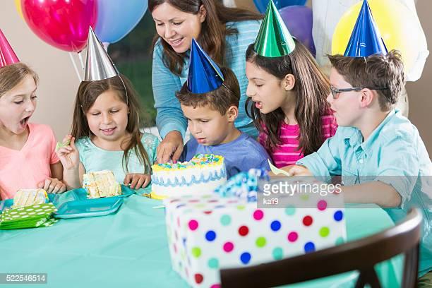 Petit garçon avec une fête d'anniversaire, sa maman avec gâteau