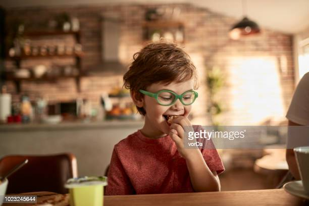 menino com café-da-manhã - 6 7 anos - fotografias e filmes do acervo