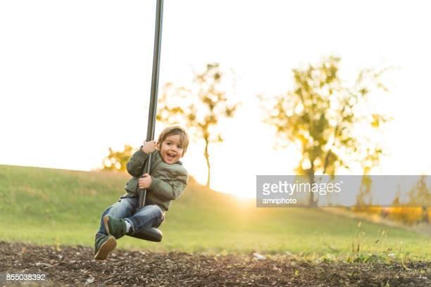 liten pojke att ha kul på lekplatsen