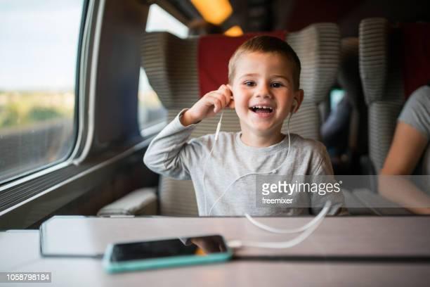 petit garçon s'amusant dans le train - tgv photos et images de collection