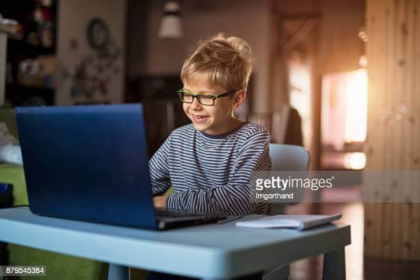 niño que se divierte usando laptop - 8 9 años fotografías e imágenes de stock