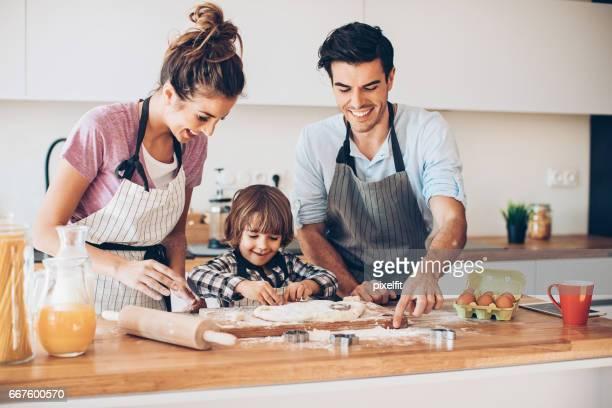Niño, ayudando con las cookies