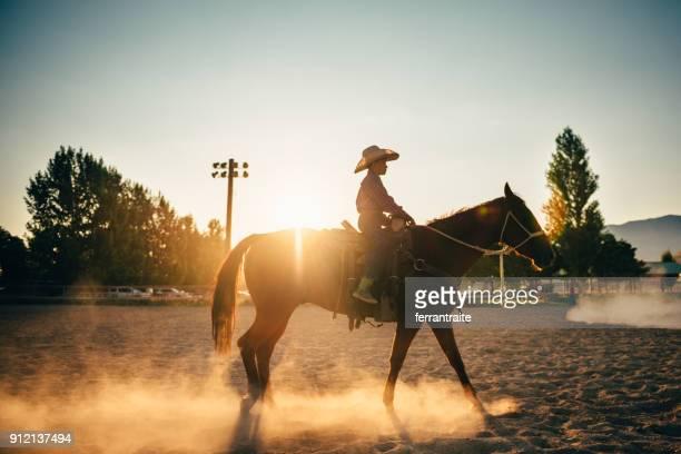 little boy, passeios a cavalo - estadio de los cowboys - fotografias e filmes do acervo
