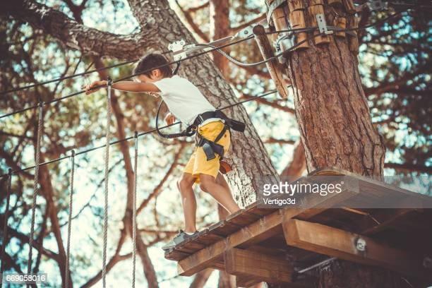 Petit garçon dans le parc d'aventure