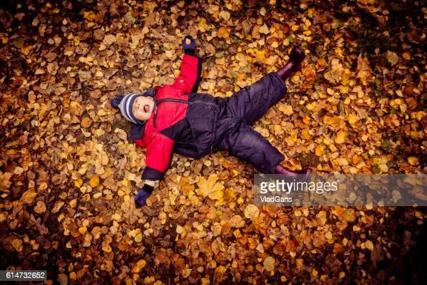 menino no outono park - só um menino - fotografias e filmes do acervo