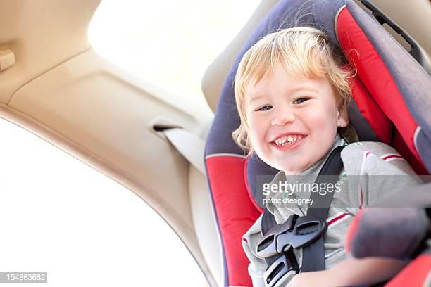Petit garçon dans un siège de voiture