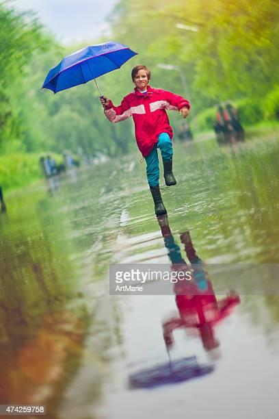 Kleine Junge in Regen