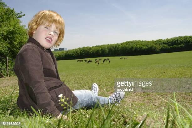 Kleine Junge auf dem Rasen
