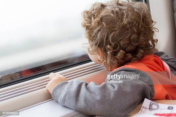 little boy en tren - pjphoto69 fotografías e imágenes de stock