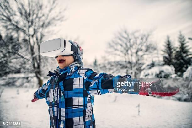 Kleiner Junge im virtual-Reality-Winter-Wunderland