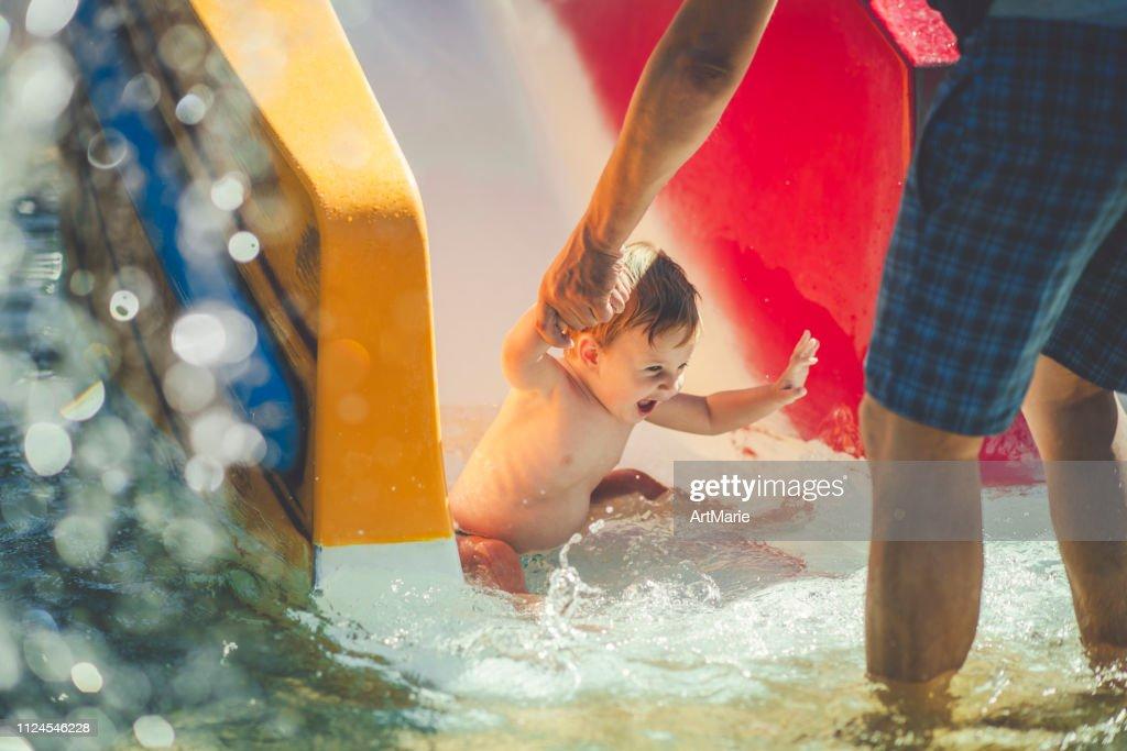 Kleiner Junge im Wasserpark Reiten auf Folie : Stock-Foto