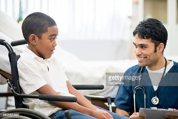 Petit garçon en fauteuil roulant à l'hôpital
