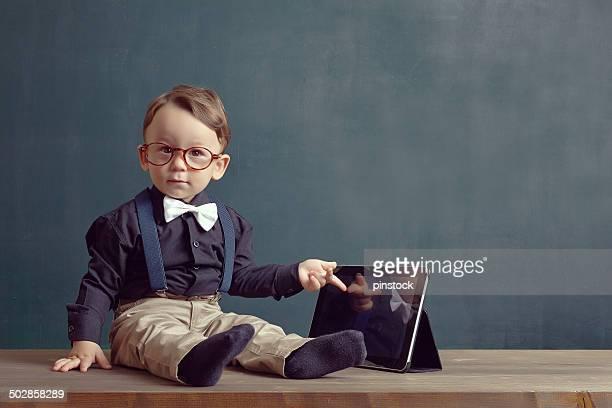 Petit garçon est Se toucher la Tablette numérique