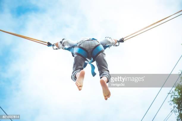 Kleiner Junge am Trampolin springen