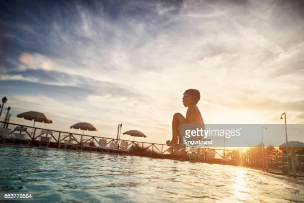 little boy jumping into swimming pool - piscina pubblica all'aperto foto e immagini stock