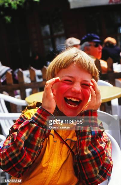 little boy laughing outside - image photos et images de collection