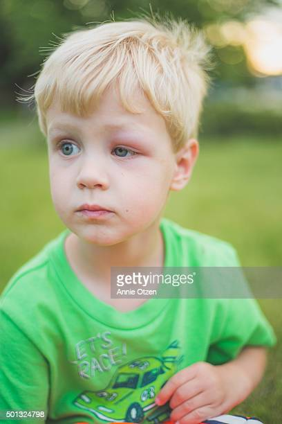 little boy looking away - ojo morado fotografías e imágenes de stock