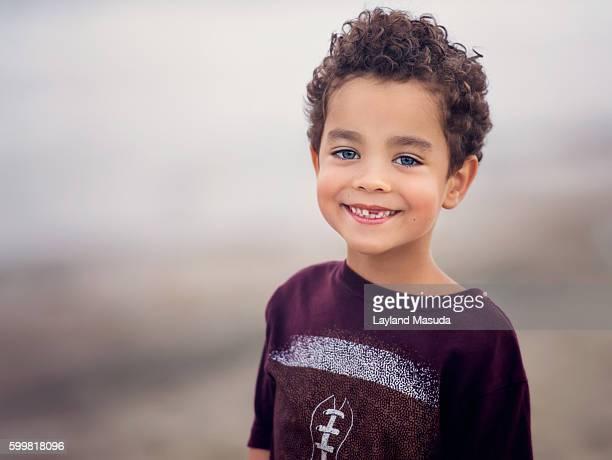 little boy - missing tooth smile - personas sin dientes fotografías e imágenes de stock