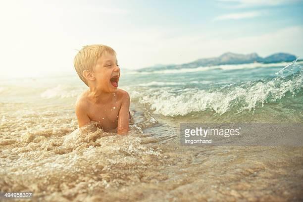 Ragazzino su una spiaggia