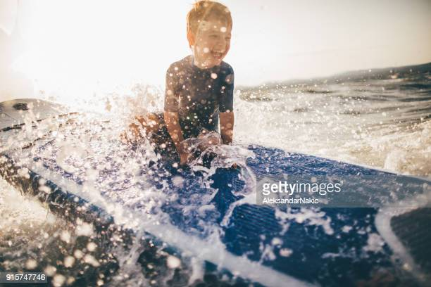 Niño en una tabla de surf