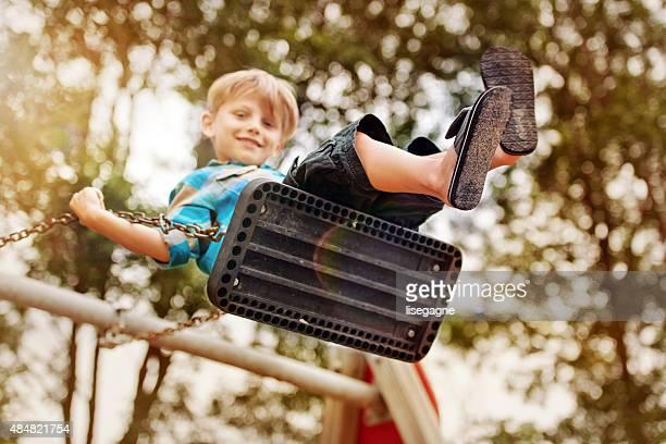 Kleine Junge auf einer Schaukel