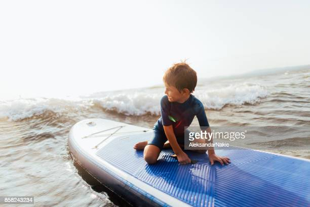 Liten pojke på surfbräda