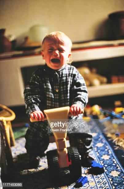 little boy, one a tricycle, crying - image stock-fotos und bilder