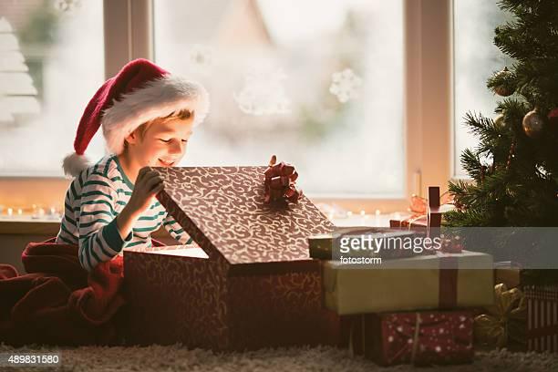 Rapaz abrir a Prenda de Natal