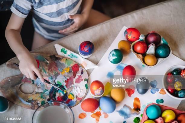 イースターエッグを描く小さな男の子 - art and craft ストックフォトと画像