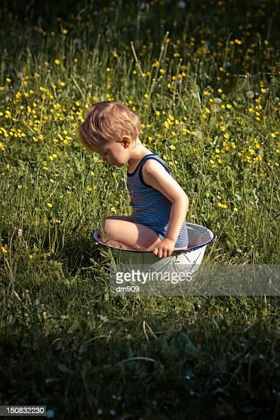 little boy - palangana fotografías e imágenes de stock