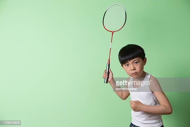 Kleine Junge spielen badminton