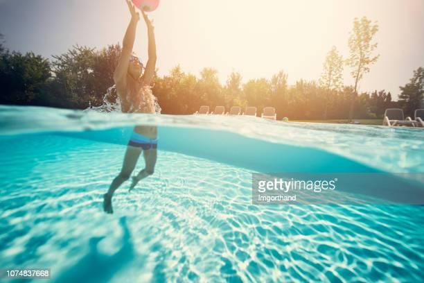 menino jogando bola na piscina - piscina - fotografias e filmes do acervo