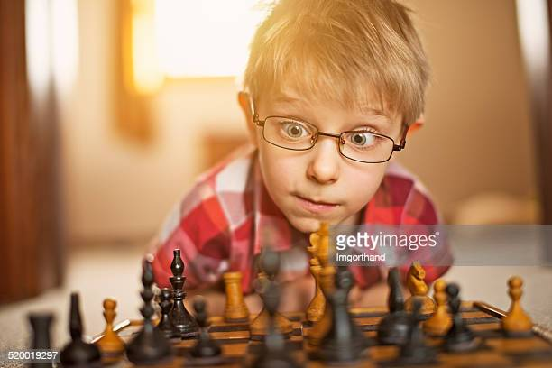 Niño pequeño jugando al ajedrez