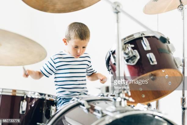 Petit garçon jouant de la batterie