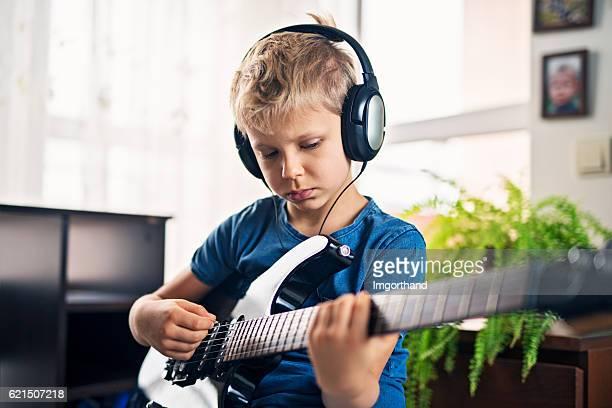 Piccolo ragazzo suona Chitarra elettrica
