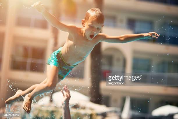 Niño jugando en la piscina