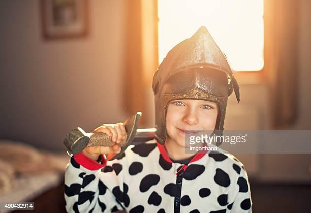 Kleine Junge spielt knight